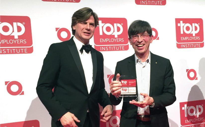 (v.l.n.r.) Hans Rothweiler, Top Employers Institute, überreicht die Auszeichnung an Prof. Dr. Gunther Olesch, Phoenix Contact. Foto: Top Employers Institute