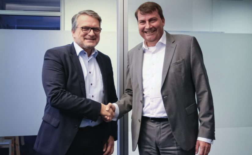 "v.l.n.r.: Thomas Wildt (CEO Hennecke Group), Dr. Christof Bönsch (CEO FRIMO Group) / Foto: ""obs/Hennecke Group FRIMO Group"""