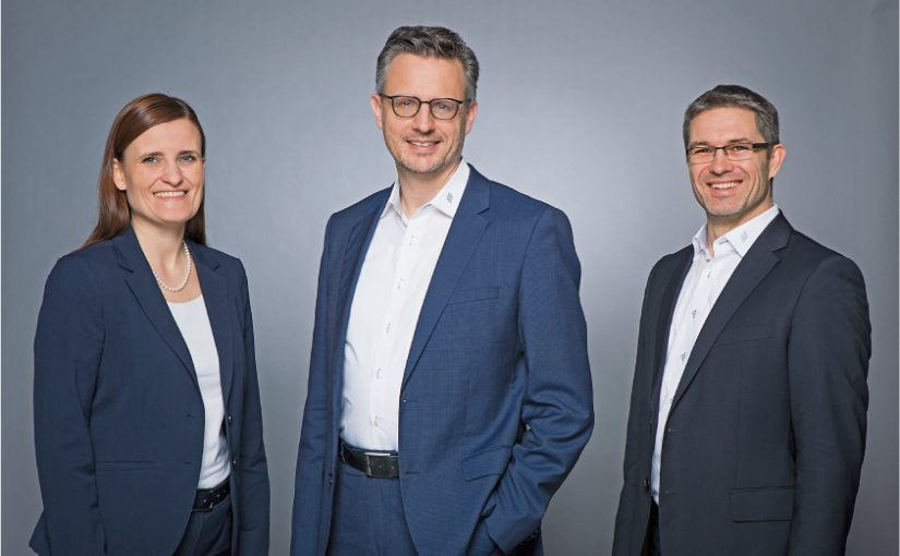 Beiratsvorsitzender Dr. Hettich, Jana Schönfeld und Sascha Groß, Geschäftsführung der Hettich Holding. - Foto: Jan Voth, Hettich