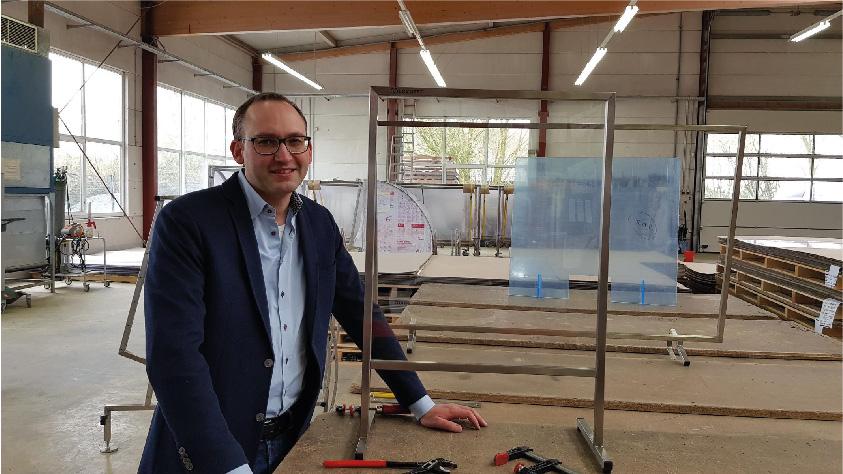 Geschäftsführer Jan Meerheim mit Schutzscheiben (umfasst von Edelstahlrahmen) - Foto: Cervotec