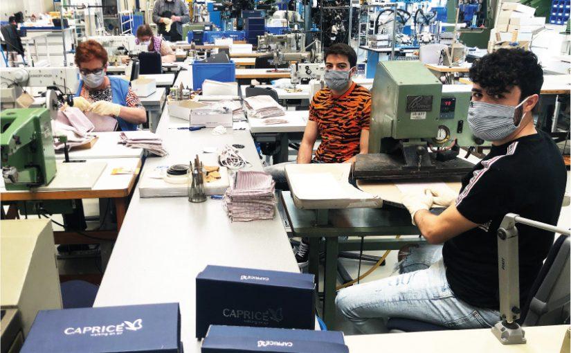 Fachkräfte der Entwicklungsabteilung der CAPRICE Schuhfabrik fertigen Mund- und Nasenbedeckungen, die Pflegeheimen kostenlos zur Verfügung gestellt werden. - Foto: Wortmann