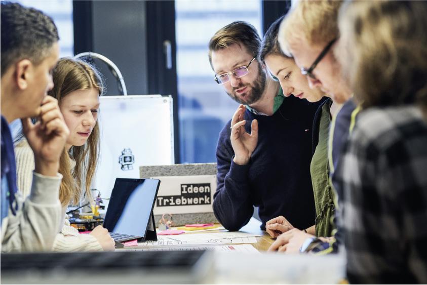 In Teams erarbeiten die Teilnehmer beim it's OWL Makeathon #horizonteOWL Lösungsideen für die Herausforderungen von Unternehmen. Der Makeathon findet allerdings ausschließlich online statt. Quelle: Fraunhofer IEM/Wolfram Schroll