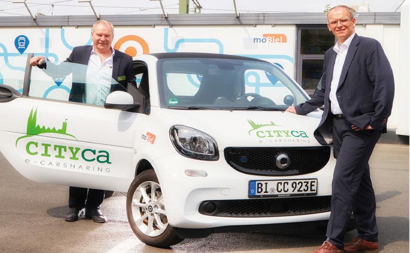 Freuen sich über die Zusammenarbeit beim Verleih von Elektroautos: CITYca-Gründer Hans Rost (links) und moBielGeschäftsführer Martin Uekmann. Foto: moBiel | Thorsten Ulonska