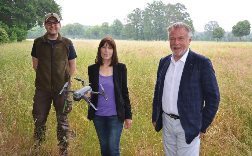 Karin Ortgies freut sich über die von der Paul und Karin Gauselmann Stiftung gespendete Drohne sowie über die Unterstützung von Dr. Werner Schroer (rechts) und Sven Schumacher. - Foto: Gauselmann Stiftung