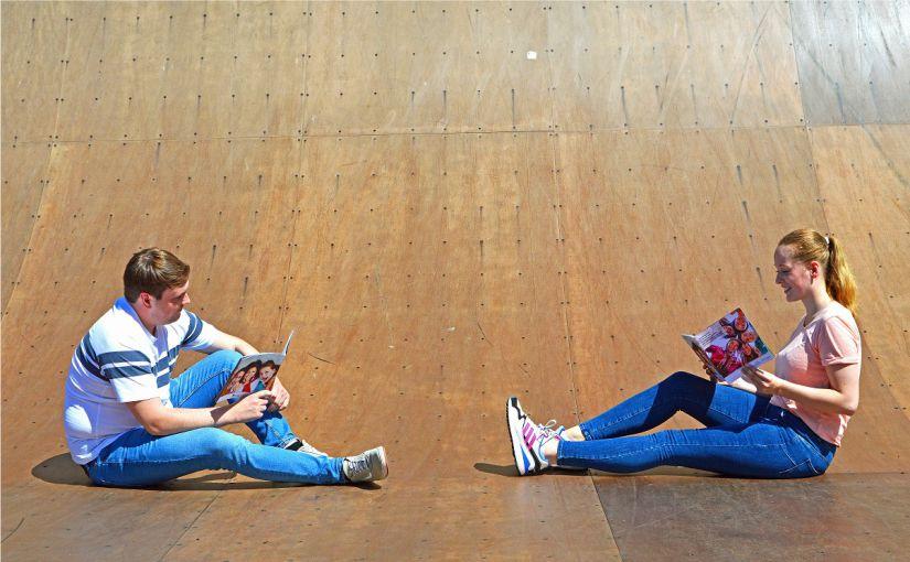 Junge Menschen mögen OWL! Jan Großewinkelmann und Melissa Richter haben die Jugendstudie der westfälischen Regionen schon gelesen. Foto: OWL GmbH