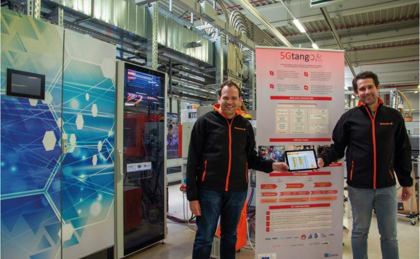 Daniel Behnke (li.) und Dr. Patrick-Benjamin Bök (re.) zeigen im IoT-Testbed bei Weidmüller die Ergebnisse des Projekts 5G-TANGO. - Foto: Weidmüller