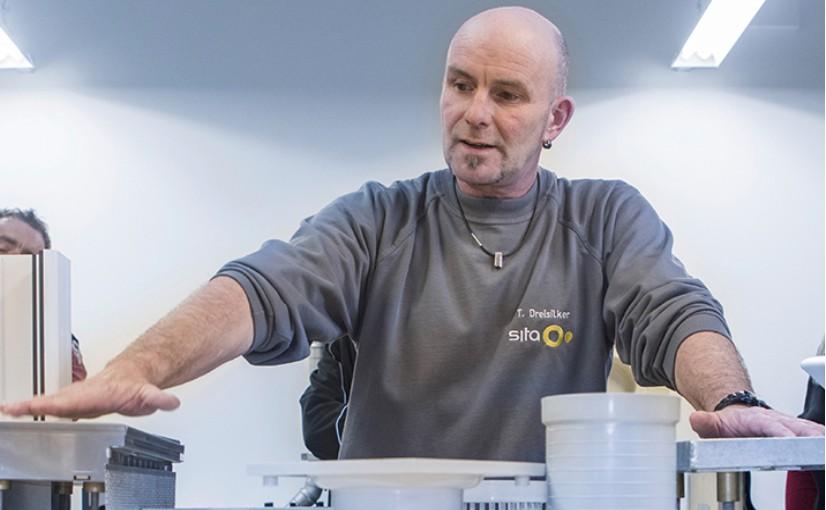 Praxisteil am Modell: Anwendungstechniker Thomas Dreisilker erläutert Technikdetails im Livebeitrag. - Foto: Sita