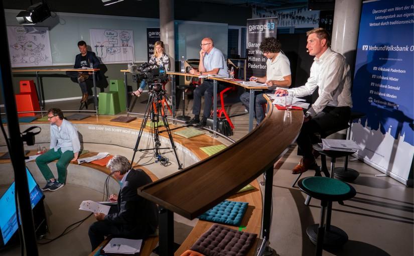 Foto (TecUP): Die Jury (obere Reihe), Karl-Heinz Rawert und Prof. Dr. Rüdiger Kabst während des Finales.