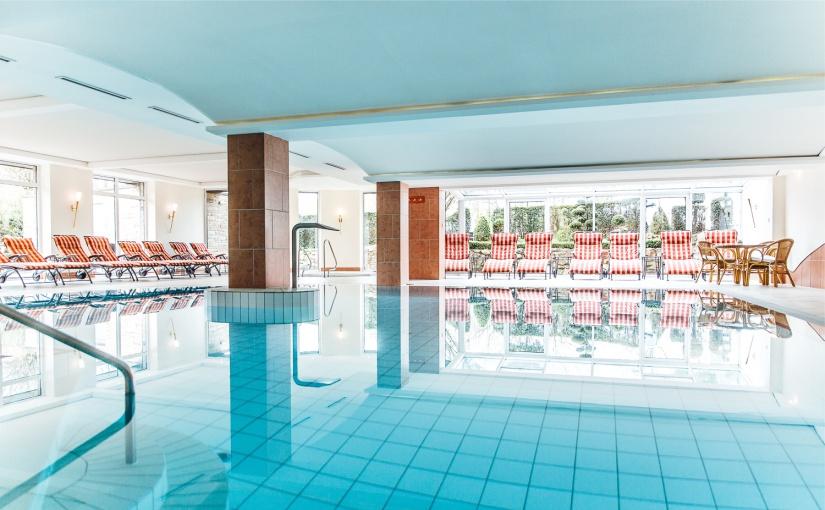 Das Schwimmbad im Ringhotel Teutoburger Wald in Tecklenburg-Brochterbeck. Die Fußbodenheizung des Schwimmbades ist mit umweltfreundlicher Wärme aus dem Grundwasser versorgt. - Foto: Ringhotel Teutoburger Wald