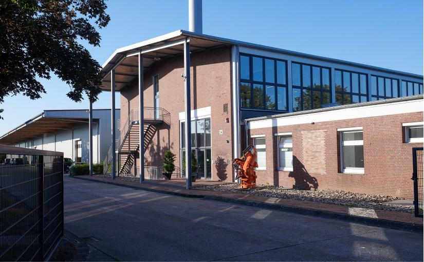 Auf dem alten Kasernengelände sind auf einem Areal von 3,5 Hektar sieben Gebäude des Unternehmens mit einem Netz elektrisch verbunden und werden mit erneuerbaren Energien im großen Stil versorgt. - Foto: EnergieAgentur.NRW, Uwe Schinkel