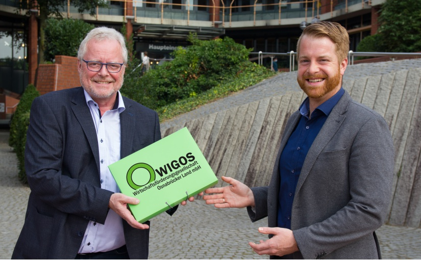 André Schulenberg (rechts), hier mit WIGOS-Geschäftsführer Siegfried Averhage, verstärkt das Team des Unternehmens-Service der Landkreis-Wirtschaftsförderung und begleitet Betriebe im östlichen Osnabrücker Land. - Foto: WIGOS / Eckhard Wiebrock