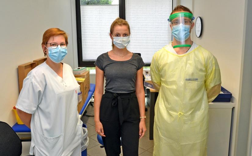 Gleich wird getestet: Gauselmann-Mitarbeiterin Pauline Gringel (Mitte) mit Laura Küppers und Maurizio Röbbel vom Johannes Wesling Klinikum Minden. - Foto: Gauselmann
