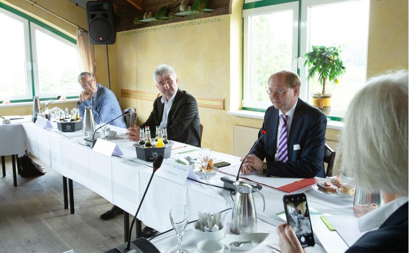 Minister Prof. Dr. Andreas Pinkwart (Bildmitte), Landrat Sven-Georg Adenauer (links) und Landrat Dr. Olaf Gericke sprachen zum Abschluss des Ministerbesuchs mit Unternehmensvertretern in der Oelder Pott's Brauerei. - Foto: Jean-Marie Tronquet