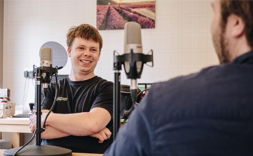 """Im Gespräch mit dem Projektteam von """"Gründergeist #Youngstarts Münsterland"""" erzählt Tischlermeister Daniel Hagemeyer aus Sassenberg-Füchtorf von seinem Weg zum Unternehmer. - Foto: Opwoco Media GmbH"""