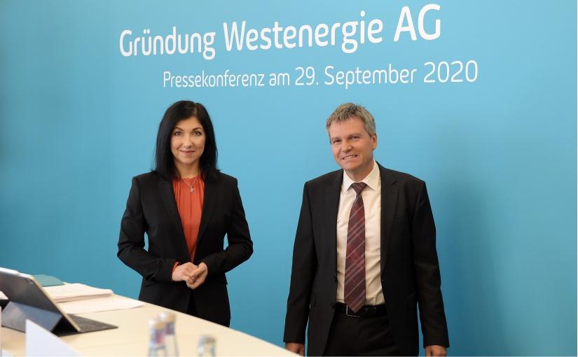 Katherina Reiche, Vorstandsvorsitzende, und Achim Schröder, Finanzvorstand, bei der Auftakt-Pressekonferenz zur Westenergie AG in Essen. - Foto: Westenergie AG