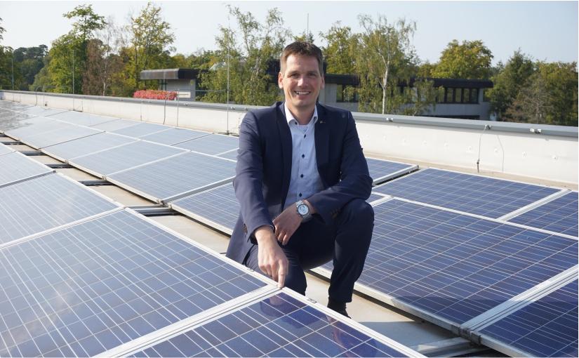 HARTING setzt auf Photovoltaik: Hier Dr. Stephan Middelkamp, Zentralbereichsleiter Qualität und Technologien, auf dem Dach des HARTING Qualität und Technologiecenters (HQT) in Espelkamp. - Foto: Harting