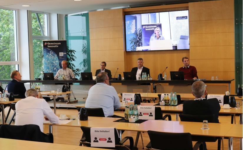 """Das IHK-Netzwerk """"KI"""" startete mit einer hybriden Veranstaltung. Während 15 Teilnehmer die Veranstaltung in der IHK in Osnabrück besuchten, nahmen zur gleichen Zeit rund 15 weitere Teilnehmer digital per Videokonferenz teil. - Foto: IHK Osnabrück"""
