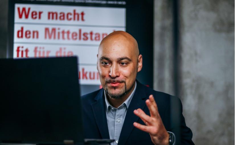 Prof. Dr.-Ing. Roman Dumitrescu, Geschäftsführer der it's OWL Clustermanagement GmbH, hält einen Vortrag auf dem digitalen Transfertag 2020 von it's OWL. - Foto: it's OWL