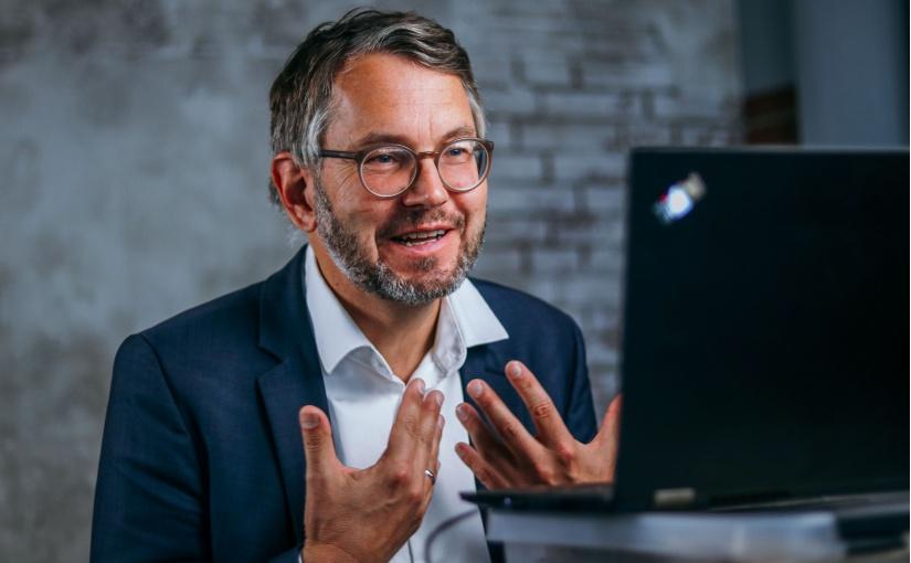 Wolfgang Marquardt, Leiter PR und Marketing, hält einen Vortrag auf dem digitalen Transfertag 2020 von it's OWL. - Foto: it's OWL