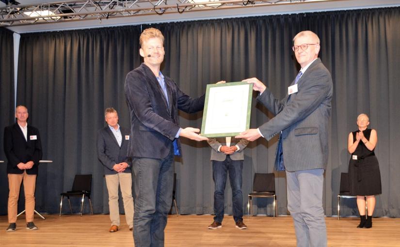 Christian Felber übergibt die Urkunde an den Allgemeinen Vertreter Heinz Josef Senneka. - Foto: Stadt Steinheim