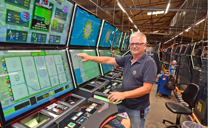 Am Standort Lübbecke werden noch 30 Fachkräfte für den Elektronikbereich gesucht, die unter anderem Wolfgang Schimschal bei der Arbeit unterstützen. - Foto: Gauselmann