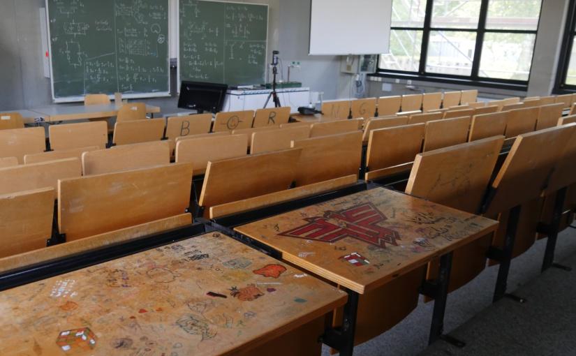 """Nur zwei der """"künstlerischen"""" Nebenprodukte zäher Lernphasen im noch unsanierten Hörsaal im Erdgeschoss der TH OWL in Lemgo. Auf einen Blick zu sehen dürften sie ein beeindruckendes Bild abgeben. - Foto: Frank Möller, Press Medien"""