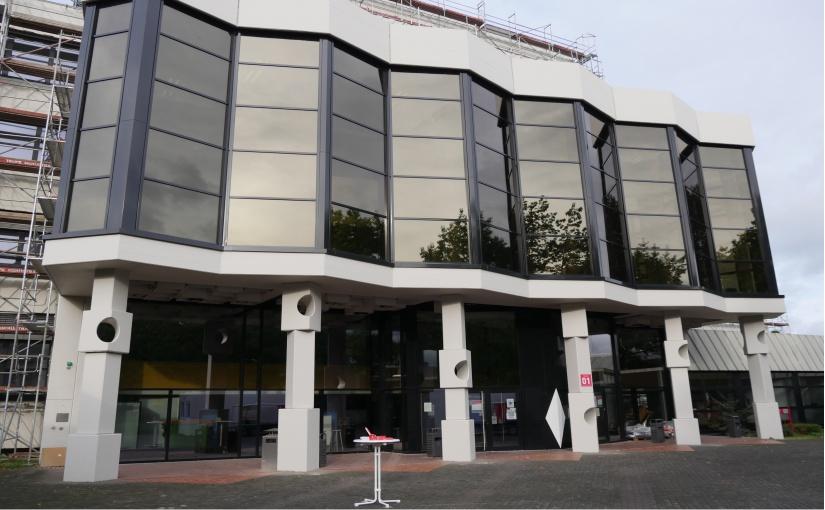 Fassade mit Gestaltungselemente von Karl Ehlers am Haupteingang der TH OWL in Lemgo. - Foto: Frank Möller