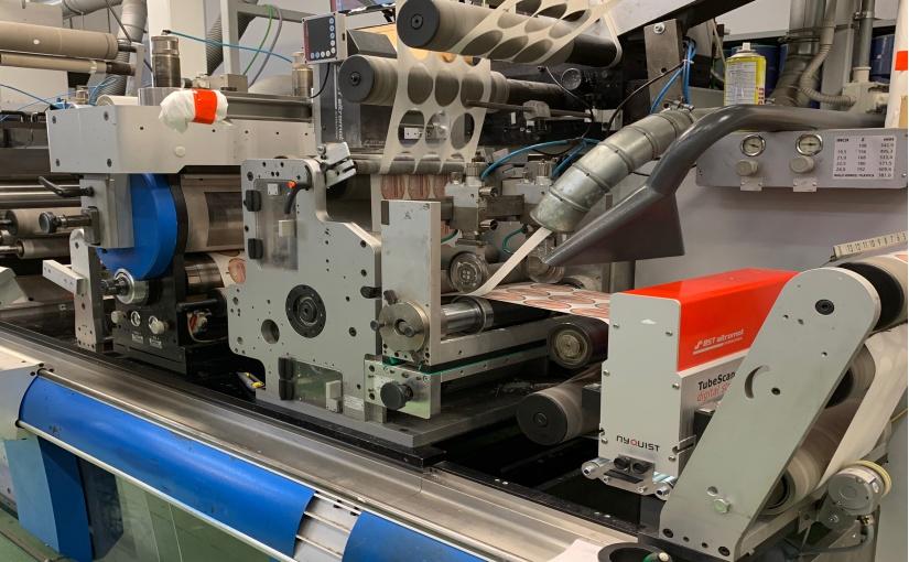 In seinen neueren Maschinen setzt Etigraph Italia auf die TubeScan digital strobe-Systeme der neuesten Generation, die leistungsstarke Flächenkameras mit dem Stroboskop-Prinzip kombinieren und zuverlässig zum Beispiel Fehletiketten, Gitterrückstände und fehlende Druckfarben auch bei reflektierenden und metallisierten Oberflächen erkennen. - Foto: BST eltromat