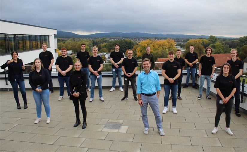 Die Auszubildenden und Wolfgang Gwiasda (vorne, 2.v.r.) der zweiten Gruppe waren sichtlich erleichtert nach ihrer Präsentation. - Foto: Weidmüller