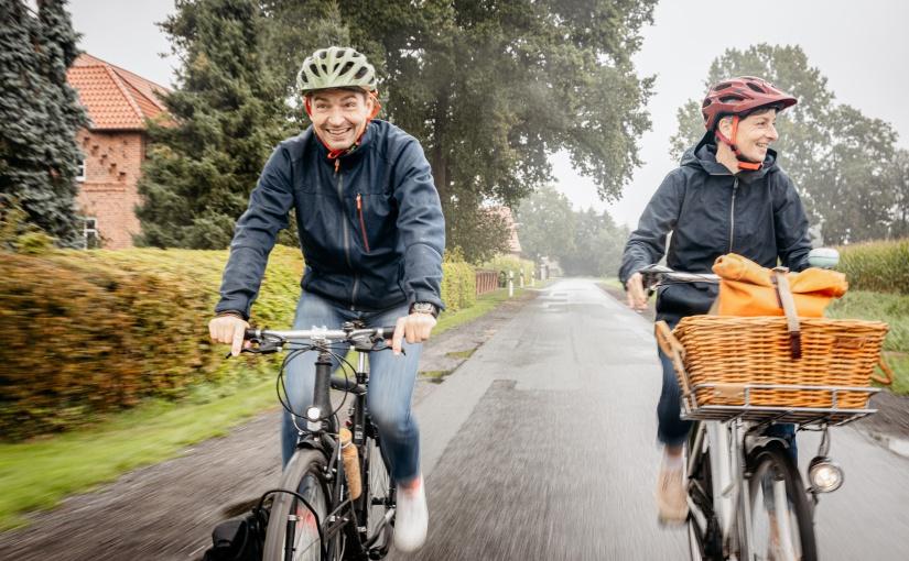 Regen hält die Münsterländer nicht vom Fahrradfahren ab. Bei guten Strecken kein Problem! Radfahrer unterwegs bei Regen © Münsterland e.V./Christoph Steinweg