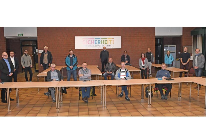 Tobias Koch (v.l.) und Daniel Georg begrüßten die Mitglieder des Energie-Arbeitskreises im Namen der Stadtwerke Tecklenburger Land. - Foto: Stadtwerke Tecklenburger Land GmbH & Co. KG