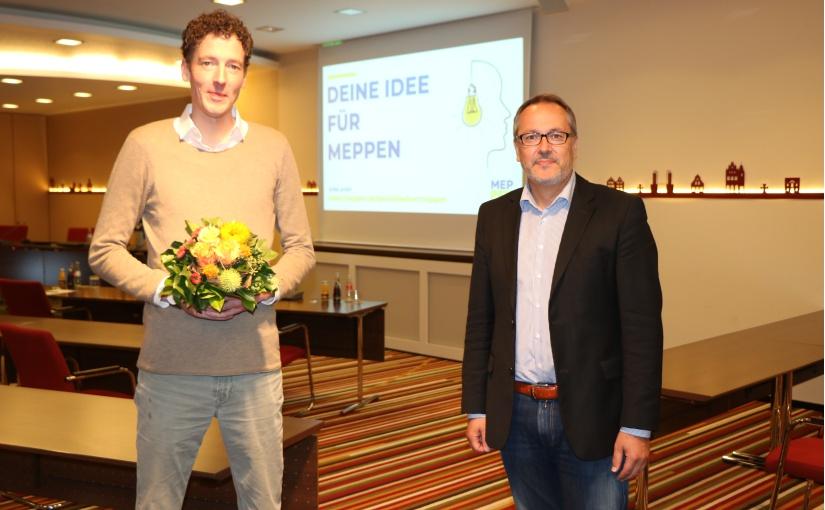 Bürgermeister Helmut Knurbein (rechts) gratulierte Dr. Hermann Clemens Altmeppen (links). Beide blicken gespannt der Umsetzung im nächsten Jahr entgegen. - Foto: Stadt Meppen