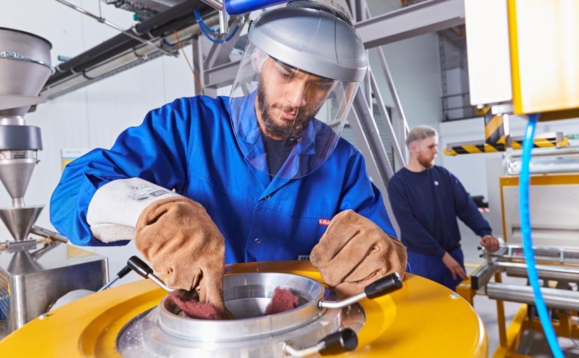 Mitarbeiter an der Laboranlage im Innovation Center. - Foto: Bischof + Klein