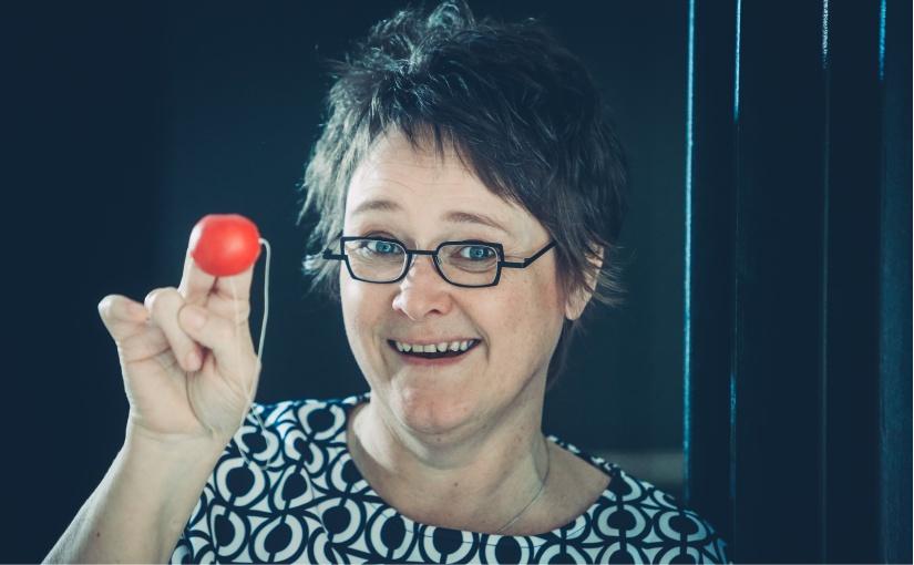Anne Schwede, Klinikclown, Humorberaterin, Lachyogaleiterin und Gründerin des Humorkollegs. - Foto: Jörg Hannemann, Westf. Volksblatt