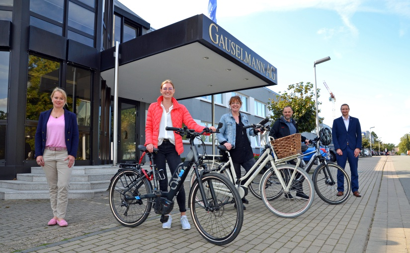 Los geht's: Larissa Brannahl, Katrin Wittenbrink und Mario Gringel freuen sich über die von der Gauselmann Gruppe zur Verfügung gestellten E-Bikes. Das Projekt hatten Christine Lindemann (links) und Björn Rodenberg initiiert. - Foto: Gauselmann