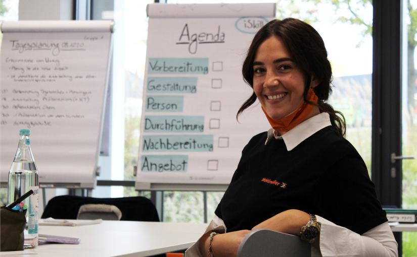 Maja Schmidt, Auszubildende zur Industriekauffrau, moderierte den Ablauf der zweiten Präsentationsgruppe. - Foto: Weidmüller
