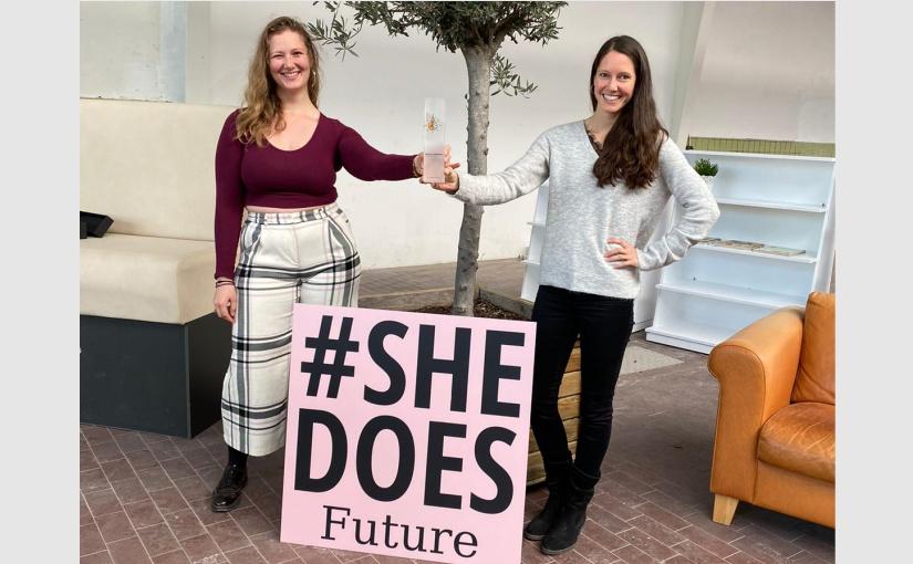 Die Gründerinnen von #SheDoesFuture mit dem Andrea Heininger Award. V.l.n.r.: Linn Kaßner-Dingersen und Sonja O'Reilly. - Foto: ©#SHEDOESFUTURE