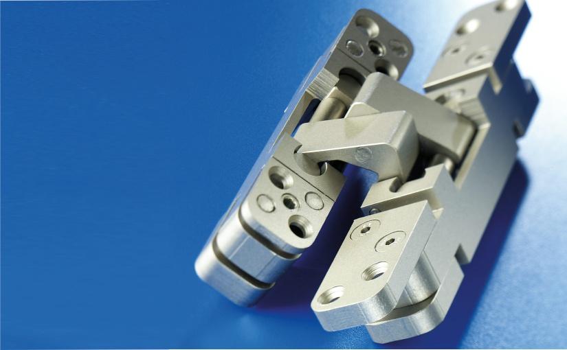 Als erster deutscher Hersteller präsentiert BaSys 2001 ein verdeckt liegendes und dreidimensional justierbares Band für stumpf einschlagende Türen und initiierte damit einen neuen innenarchitektonischen Designtrend. Im Bild: Das Band von 2001. Foto: BaSys