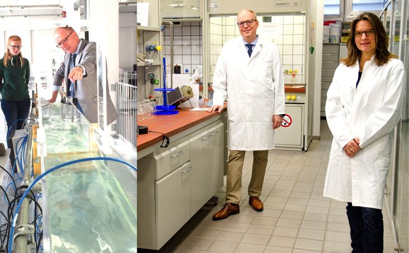 Foto links: Prof. Grüning diskutiert, ob Abwasser als Frühwarnsystem für die Erkennung von Coronainfektionen genutzt werden kann. (Foto Copyright: FH Münster/Rena Ronge Foto rechts: Prof. Dr. Helmut Grüning und Prof. Dr. Isabelle Franzen-Reuter nehmen Auswirkungen von Covid-19 auf die Umwelt unter die Lupe. (Foto Copyright: FH Münster/Frederik Tebbe)