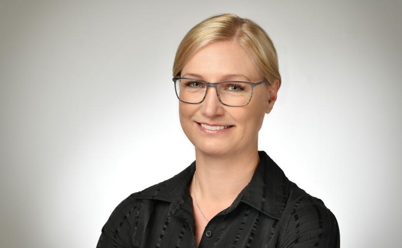 Prof. Dr. Sabrina Krauss ist Professorin für Psychologie. Sie ist seit mehr als 10 Jahren psychologische Beraterin unterschiedlicher Wirtschaftsunternehmen, insbesondere zu den Themen Digitalisierung und Change Management. - Foto: René Golz