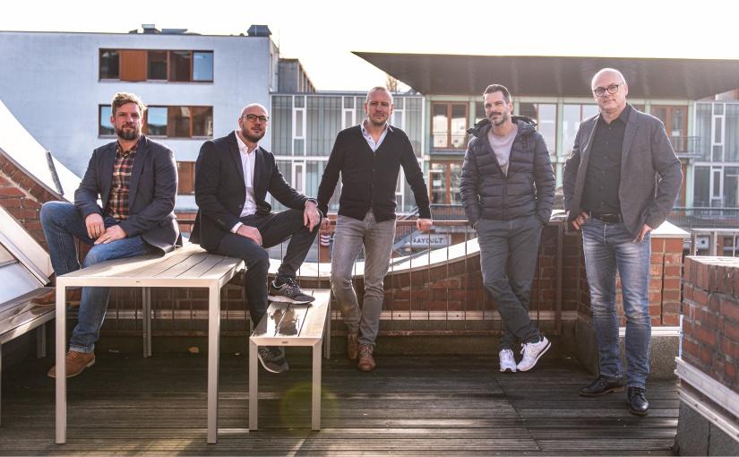 Die Gründer Nils Benjak, Marc-Henning Hütte, Daniel Rosin und Geschäftsführer Benjamin Andreas und Markus Bar (v.l.) - Foto: LIVING CONCEPT)