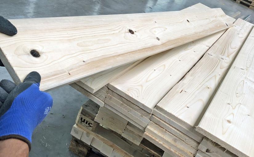 Prüfung und Sortierung der Holzqualität. Bildcredit: © HPE