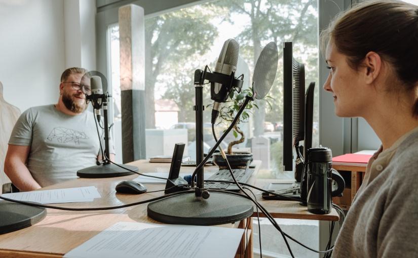 Lea Wilkens im Gespräch mit Unternehmensnachfolger Jan-Florian Sichert. Interviewsituation mit laufenden Mikrofonen. - Foto © opwoco Media GmbH