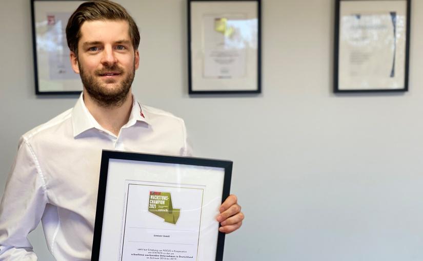 Eike Linnenbrügger, Leiter Marketing und Vertrieb, nimmt die Auszeichnung zum Wachstumschampion entgegen. - Foto: insensiv GmbH
