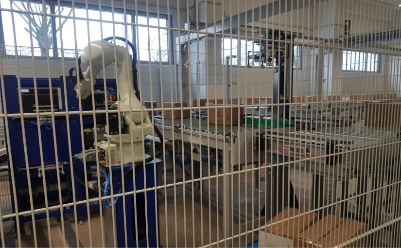 Aufgrund der Fördertechnik-Höhe von 1725mm stellte de Man den Roboter auf einen Sockel. - Foto: de Man