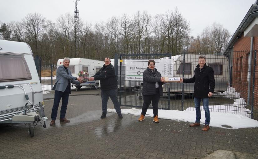 Ortsbürgermeister Karl Storm (links) und Dietmar Lager von der Wirtschaftsförderung (rechts) begrüßten Kirsten und Huub Bossink mit ihrem Unternehmen H.J.K. Wohnwagen im G.U.T. Baccum. - Foto: Stadt Lingen
