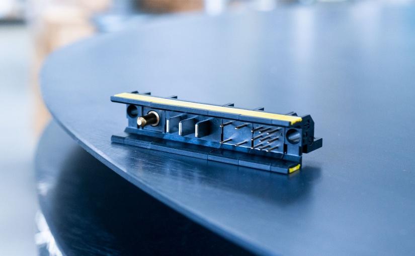 Die flexible und selbst konfigurierbare Board-Lösung har-modular® setzt neue Maßstäbe für die miniaturisierte Power und Datenübertragung im Gerät. - Foto: HARTING