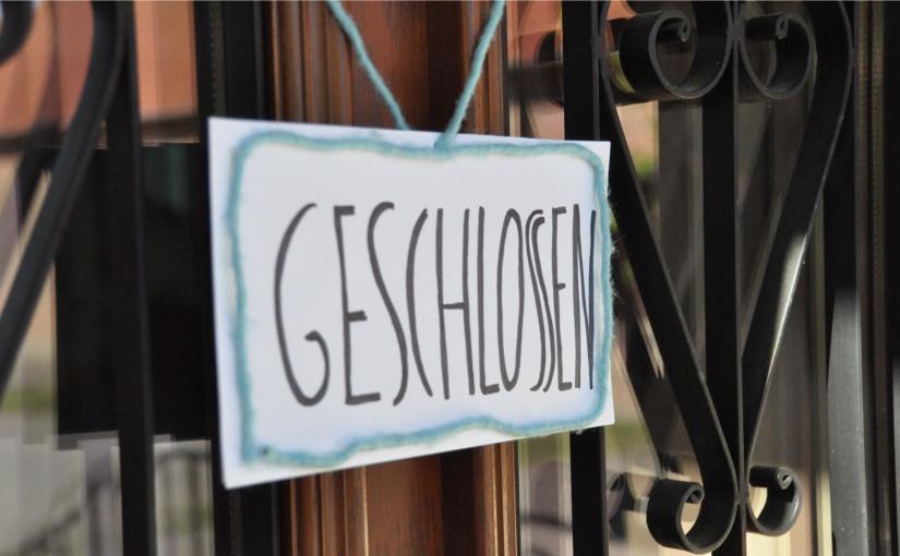 """Geschlossen - und zwar schon lange. Die Betriebe brauchen eine Perspektive, sagt Michael Kösters vom Münsterland e.V. - Foto: """"Geschlossen""""-Schild © Münsterland e.V."""