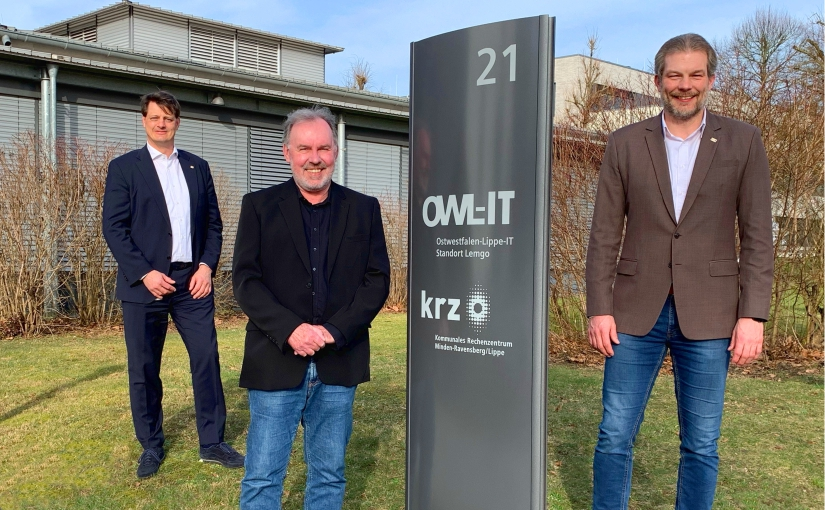Abschied nach mehr als 35 Jahren: (v.l.) Stellvertretender krz-Geschäftsleiter Martin Kroeger, Volker Mengedoht (Technischer Leiter der OWL-IT) und Lars Hoppmann (krz-Geschäftsleiter und Geschäftsleiter der OWL-IT). - Foto: krz
