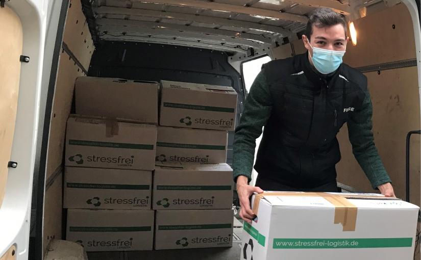 Die Kleiderspende der Fiege Gruppe, die sich im Januar mit freundlicher Unterstützung durch die stressfrei Logistik GmbH auf den Weg machte, ist mittlerweile im Flüchtlingslager auf der griechischen Insel Lesbos angekommen. (Foto: Fiege)